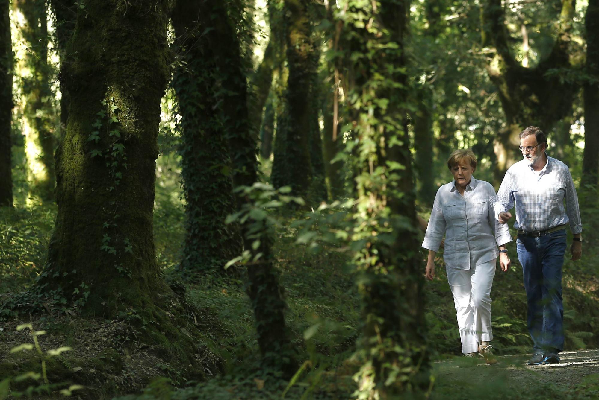 Rajoy y Merkel en un tramo del Camino de Santiago2