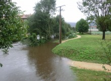As brigadas da Deputación de Pontevedra interviron na EP Gondomar-Chaín-Morgadáns, cortada por unha inundación que afectou tamén a unha carpintería próxima