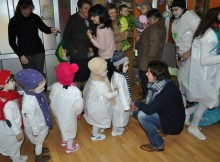 Soutomaior, a edil de cultura Dolores Cernadas visita aos nenos da Escola Infantil de Romariz