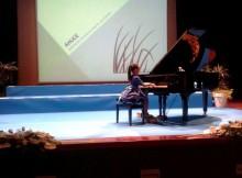 A-pequena-Cristina-Costa-conquista-Auditorio-Ribadumia-coa-súa-causa-solidaria