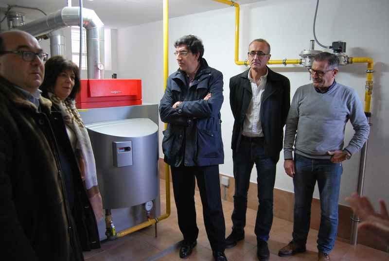 o-alcalde-de-nigran-e-o-delegado-da-xunta-en-vigo-visitan-o-novo-sistema-de-calefaccion-do-ceip-humberto-juanes