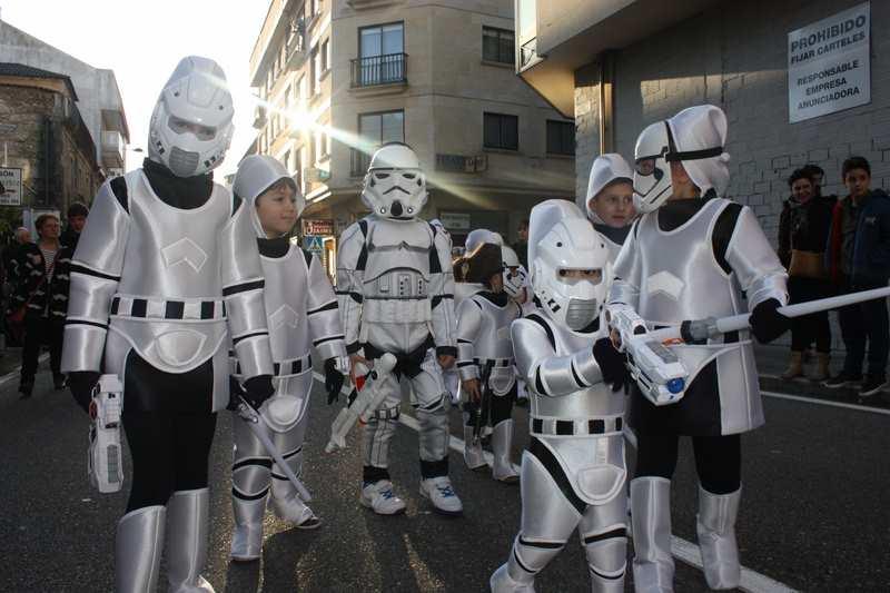 a-guarda-pecha-o-seu-entroido-con-ruas-ateigadas-de-xente-para-gozar-do-desfile-concurso