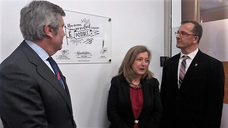 A Delegada de Zona Franca, Teresa Pedrosa, o Director Xeral do Incyde, Javier Collado e o Alcalde de Baiona, Angel Rodal asinaron nunha placa conmemorativa