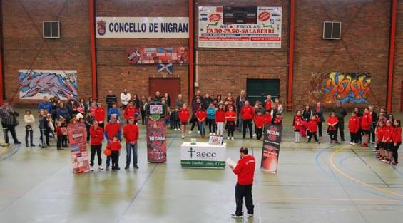 un-centenar-de-personas-arroupa-ao-club-baloncesto-nigran-e-a-aecc-na-marcha-simbolica-contra-o-cancro