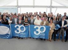 Este ano o lugar elexido para levar a cabo o acto de entrega das bandeiras azuis e as distincións de sendeiros azuis foi a Praia de Bastiagueiro, no Concello de Oleiros (A Coruña). Ata alí desprazáronse alcaldes e responsables de tódolos concellos recoñecidos pola Asociación de Educación Ambiental e do Consumidor (ADEAC) coas bandeiras azuis e sendeiros azuis para recoller tales distincións. Ao acto asistiron o presidente da ADEAC, José Ramón Sánchez Moro, a Conselleira de Medio Ambiente, Beatriz Mato e o Presidente da Xunta de Galicia, Alberto Núñez Feijóo. O alcalde de Oleiros, Ángel García Seoane, actuou de anfitrión nunha xornada adicada a recoñecer os esforzos dos concellos galegos que puxeron a Galicia á cabeza das comunidades con máis bandeiras azuis, cun total de 141 distincións.