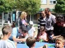 120-escolares-de-escola-de-veran-de-baiona-colaboran-con-alumnos-do-centro-juan-maria-nun-taller-de-manualidades