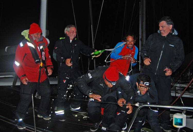 Miguel Lago celebra con su tripulación la Baiona Angra Atlantic Race (Copiar)