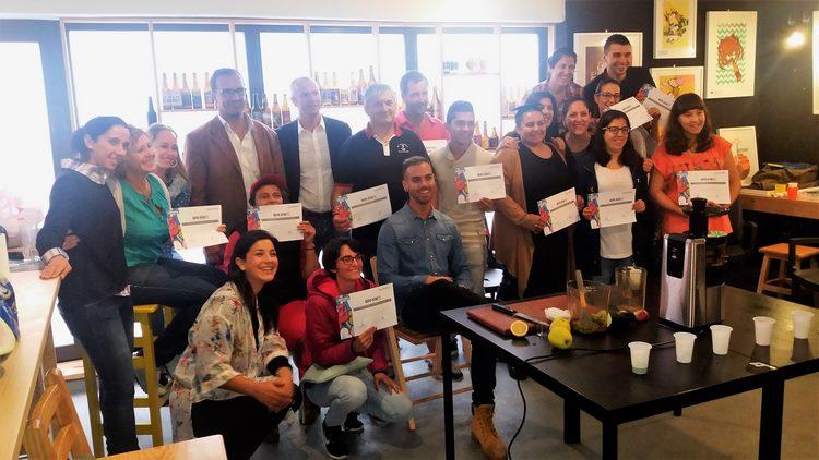 os-20-alumnos-do-curso-de-cocteles-e-batidos-sen-alcol-deporuarte-celebrado-en-baiona-reciben-os-seus-diplomas