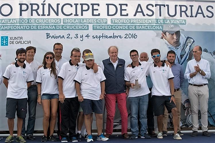 El Rey Juan Carlos entregó la mención de honor a los chicos de la Escuela de Vela Adaptada del Monte Real - Foto Lalo R. Villar (Copiar)