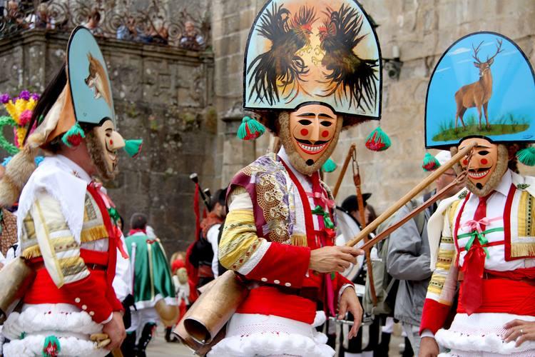 -entroido-de-galicia-promovese-en-santiago-cun-desfile-de-nove-grupos-e-mais-de-200-participantes