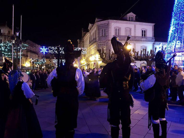 Os grupos folclóricos de Tui saen a rúa para animar o Nadal