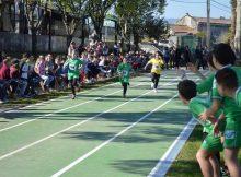cento-cincuenta-nenos-e-nenas-de-primaria-estrean-a-nova-pista-de-atletismo-da-area-deportiva-do-mosteiro-en-tomino