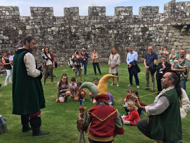 30-nenas-e-nenos-participaron-acompanados-polas-suas-familias-na-primera-das-visitas-teatralizadas-ao-castelo-de-soutomaior