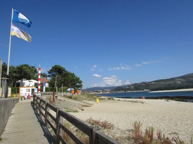 as-praias-de-area-grande-e-o-muino-da-guarda-luciran-un-ano-mais-o-distintivo-internacional-de-bandeira-azul