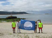 guarda-da-comezo-temporada-veran-co-izado-das-bandeiras-azuis-nas-praias-do-concello