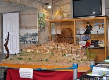 unha-maqueta-do-conxunto-historico-tui-pode-visitarse-na-oficina-turismo
