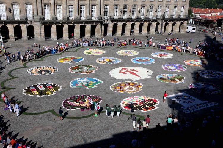 alfombristas-tres-continentes-reunense-favor-da-paz-na-meta-do-camino-santiago-co-apoio-turismo-galicia
