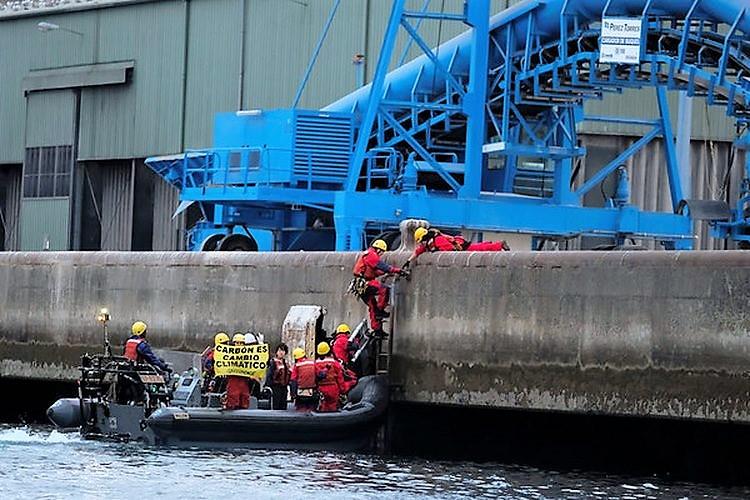 accion-greenpeace-no-almacen-carbon-do-porto-da-coruna-termina-catro-detidos