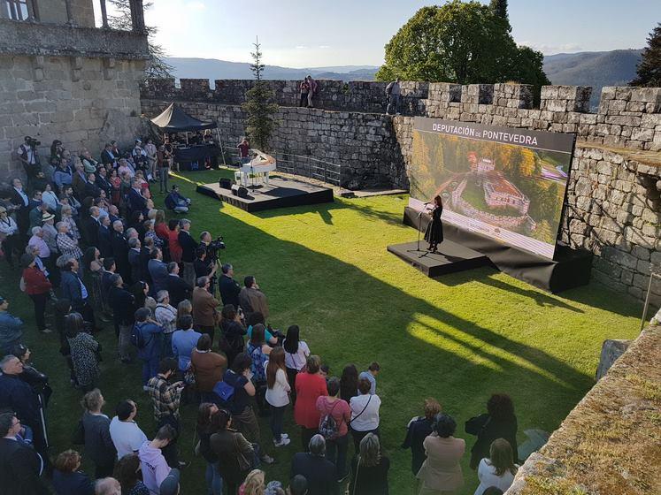 centos-de-persoas-asisten-a-unha-espectacular-gala-de-reapertura-do-castelo-de-soutomaior