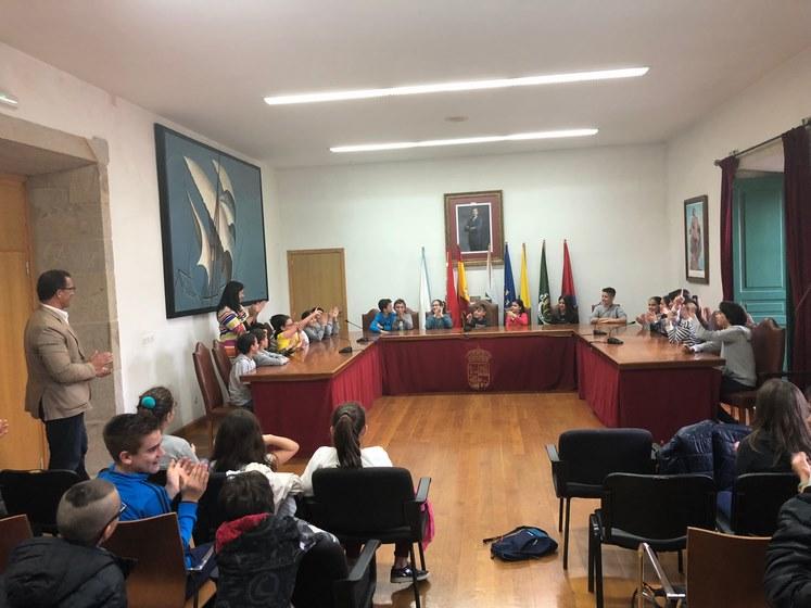 O salón de plenos do Concello de Baiona acolleu un pleno infantil no que participaron 45 alumnos do C.E. P. Sabarís