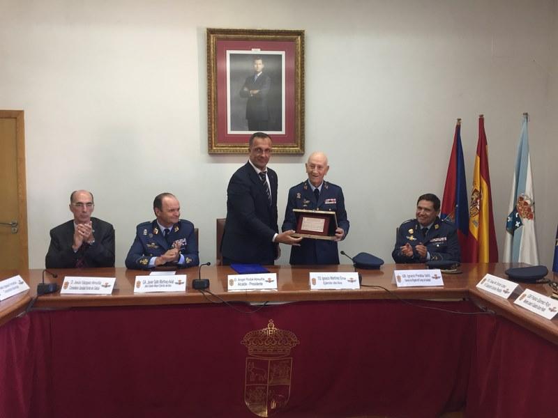 Baiona homenaxea un ano máis ao Xeneral do Aire Santos Peralba