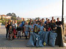 Unha trintena de voluntarios retiran 300 kg. de lixo da desembocadura do río Miñor