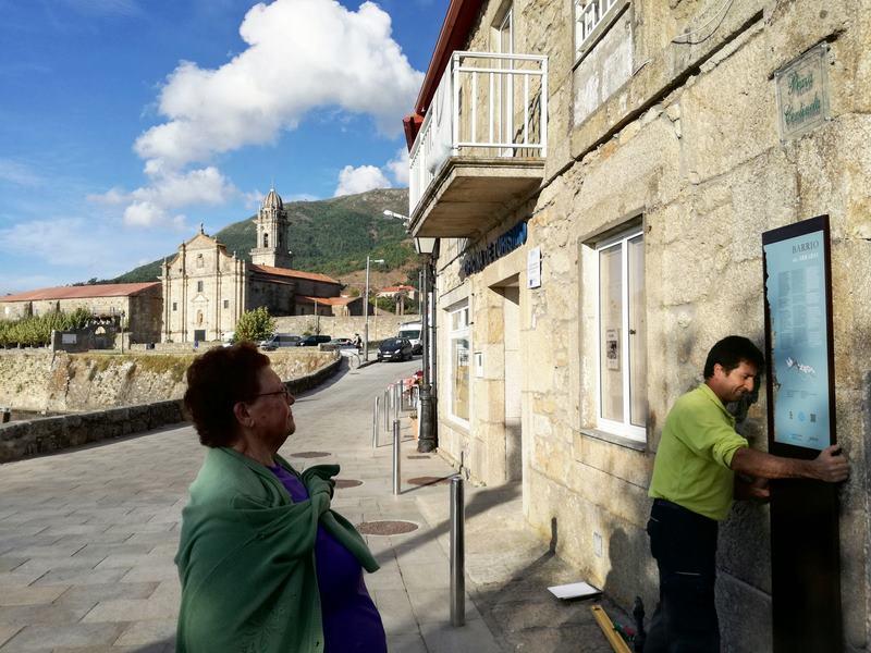 Oia estrea sinalización turística na contorna do Mosteiro e o barrio histórico