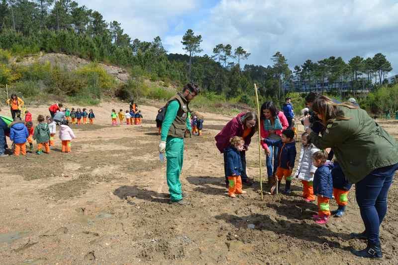 Mos celebra o Día da Árbore cunha prantación de exemplares a cargo dos cativos da Escola Infantil Trastes