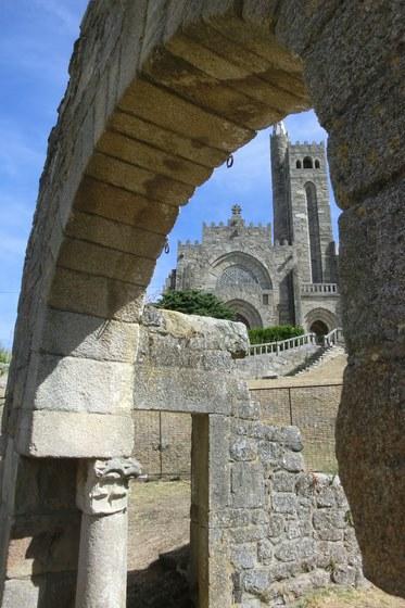 Nigrán presenta ante o Bispado un proxecto para por en valor toda a contorna do Arco Visigótico de Panxón