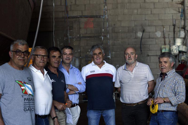 Javier de la Gándara apadriña o 'volanteiro' que constrúe Piueiro para o Encontro de Embarcacións Tradicionais de Galicia