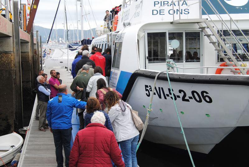 Preto dun centenar de persoas maiores e con discapacidade saen a navegar no MRCY de Baiona coa iniciativa 'Amar o mar'