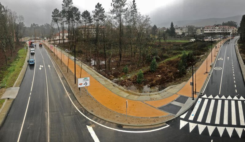 A nova avenida de Tomiño aberta ao tránsito estas semanas permite desviar os vehículos pesados arredor do centro urbano