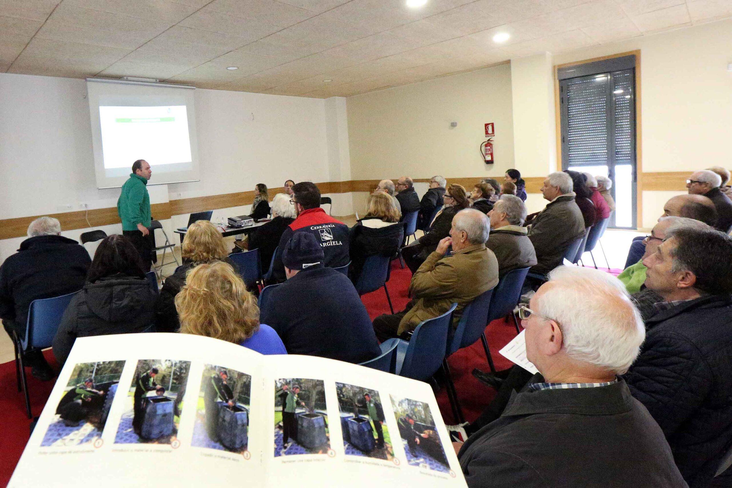 Ponteareas pon en marcha na parroquia de Arcos a primeira experiencia de compostaxe individual do municipio