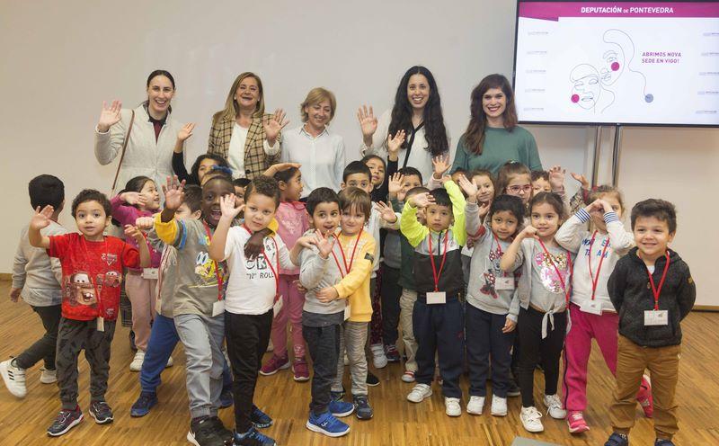 """""""O océano a través dos sentidos"""" concentrou a un centenar de escolaresna nova sede da Deputación en Vigo"""