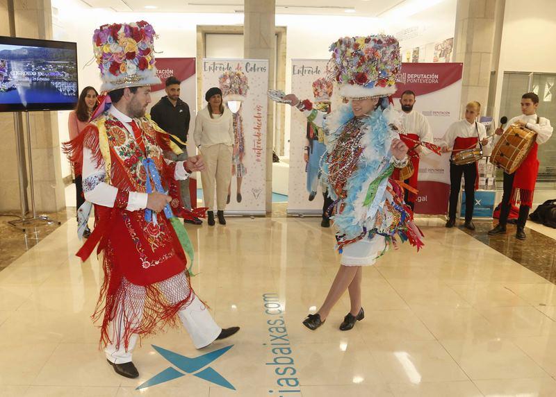 A danza das madamas e galáns, protagonista na presentación do Entroido de Cobres na sede de Turismo Rías Baixas