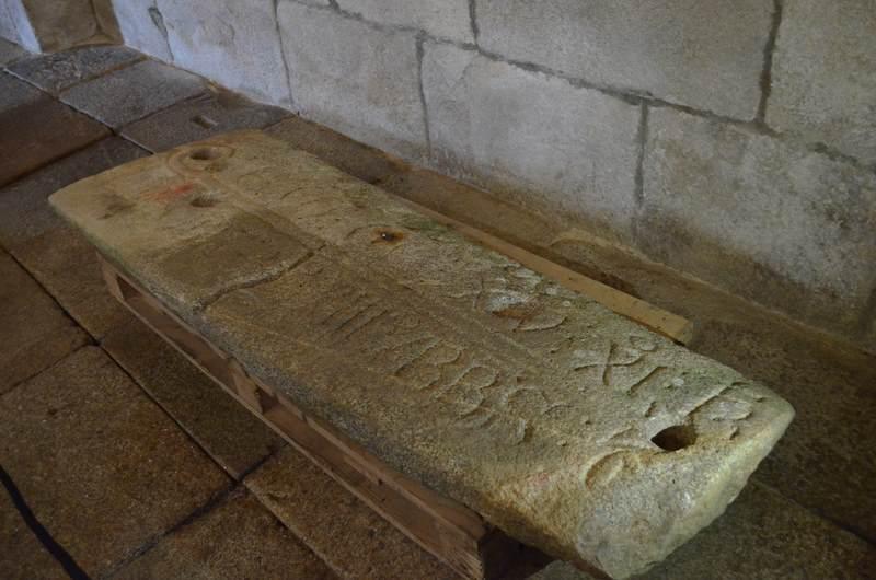 A lápida dun abade do Mosteiro de Oia descansa desde hoxe na igrexa parroquial de Santa María