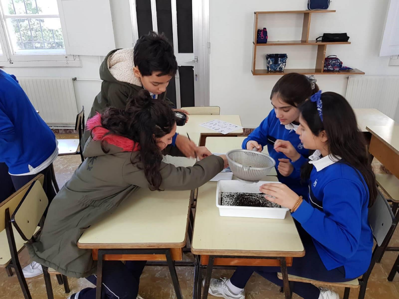 Escolares de Cangas coñecen a 'vida interior' dos composteiros grazas ao Plan Revitaliza