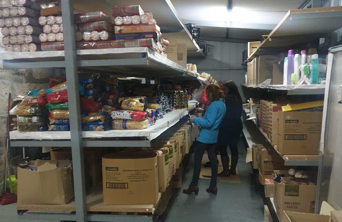 """""""SOS Porriño"""" reparte 3.000 quilos de alimentos en axuda para 160 familias"""