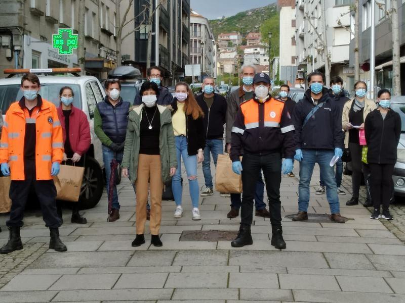 Protección Civil e persoas voluntarias de Baiona reparten máscaras de protección entre as persoas máis vulnerables do municipio