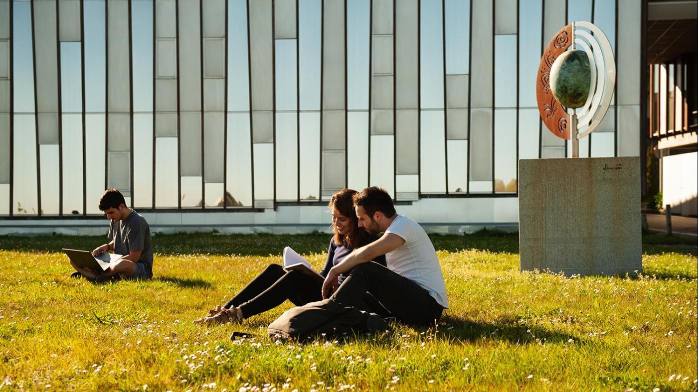 """O reitor da Universidade de Vigo reafírmalle ao alumnado a intención de sacar adiante o curso """"con éxito"""" nas datas marcadas"""