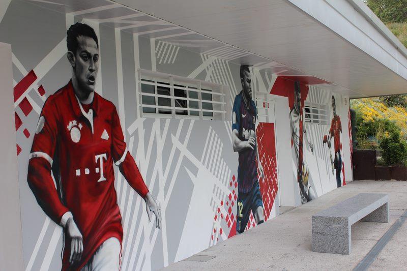 A artista Lula Goce transforma o campo municipal de Condomínguez de Nigrán con dous grandes murais