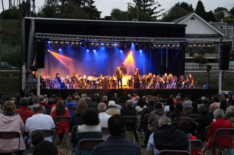 Nigrán despide el verano cun concerto inclusivo de Serafín Zubiri xunto á Banda de Música de Vincios e a pianista Brenda Vidal