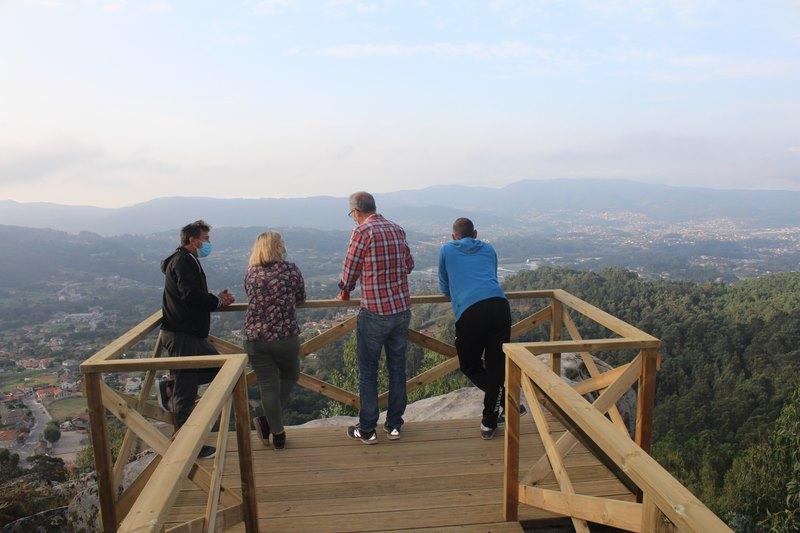 A Comunidade de Montes de Camos e o Concello de Nigrán habilitan un miradoiro no piricoto de Vilar