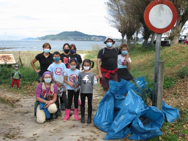 Retiran 50 kilos de plástico das calas de Lourido (Nigrán) na Xornada de Limpeza Simultánea de Praias