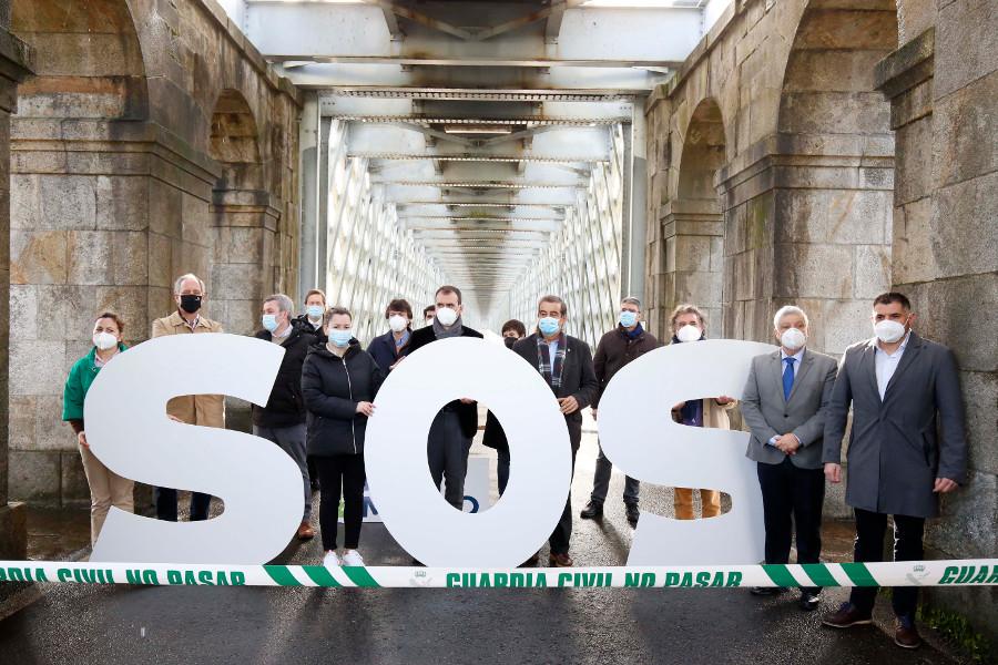 Alcaldes e alcaldesas da raia concentráronse na ponte vella de Tui para reclamar a apertura de todos os pasos fronteirizos