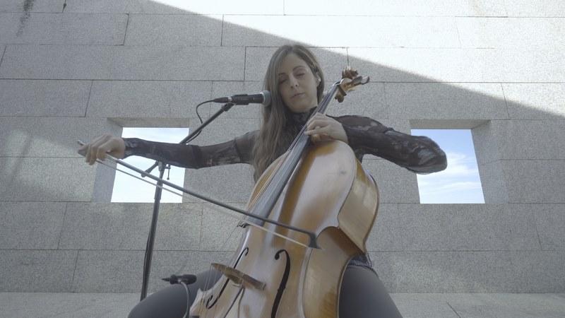 A violonchelista viguesa Margarida Mariño converte en canción os versos de Xela Arias fusionando o chelo coa electrónica