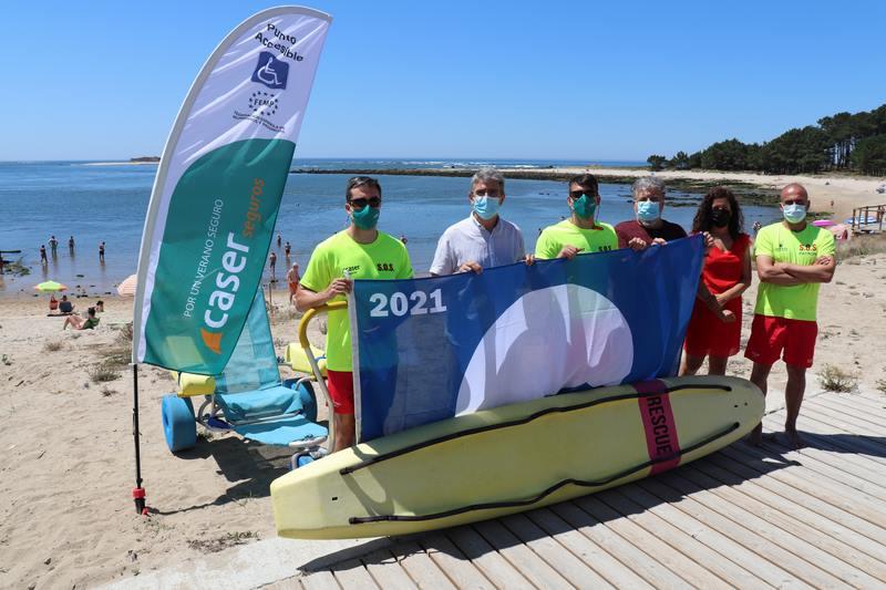 A Guarda xa luce o distintivo de Bandeira Azul na praia do Muiño
