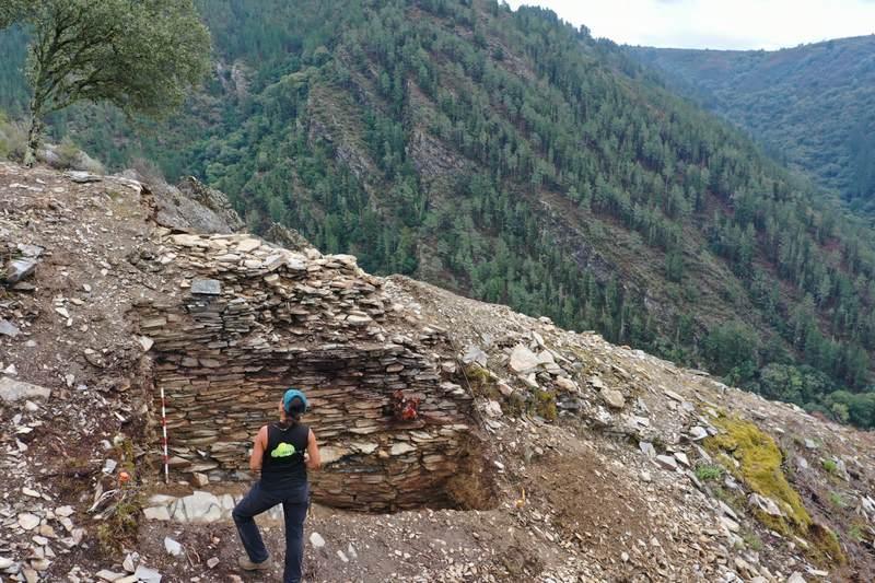 Sae a luz unha muralla de seis metros de ancho a catro de alto no xacemento de Penas do Castelo
