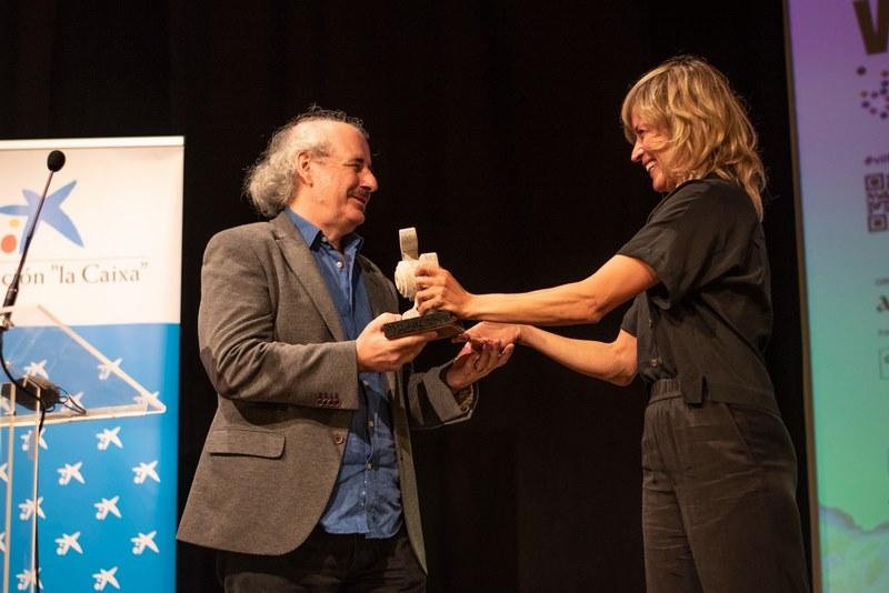 Xavier Bermúdez recolle o premio honorífico do Festival de Cine Inclusivo de mans da actriz Marta Larralde